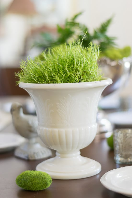 Spring table decor: Moss decor ideas on table urn